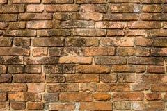 Alte Ziegelsteinschicht auf der Wand stockfotos
