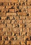 Alte Ziegelsteinwand beleuchtet durch Sonnenunterganglicht Lizenzfreie Stockbilder