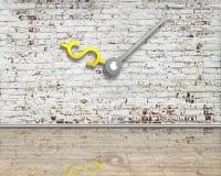 Alte Ziegelsteinwand mit den Geldzeichen-Uhrhänden und reflektierende säubern Lizenzfreies Stockfoto