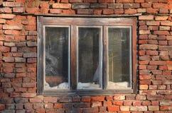 Alte Ziegelsteinwand mit Fenster Stockfotografie