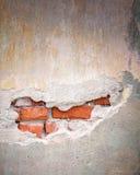 Alte Ziegelsteinwand mit gebrochener Stuckschicht Stockfotos