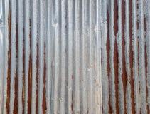 Alte Zinklegierungs-Kräuselungsplatte mit Rost, Belastung und Einbuchtung lizenzfreies stockfoto