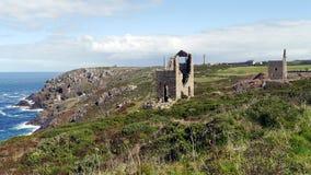 Alte Zinnbergwerke bedecken die Klippen von weitem West-Cornwall in England Stockfotografie