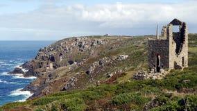 Alte Zinnbergwerke bedecken die Klippen von weitem West-Cornwall in England Lizenzfreie Stockfotos