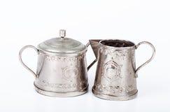 Alte Zuckerschüssel mit Deckel und einem alten Kaffeetopf mit Stellen des Rosts Lizenzfreies Stockbild