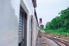 Alte Zugfahrt in der Landschaft mit Kopienraum addieren Text Wählen Sie Fokus mit flacher Schärfentiefe vor Lizenzfreies Stockfoto