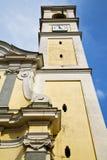 Alte Zusammenfassung Vanzaghello in Italien die alte Wand und die Kirche Stockbild