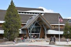 Alte zuverlässige Besucher-Mitte an Yellowstone Nationalpark in Wyoming Stockfotos