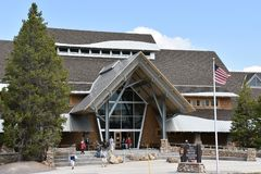 Alte zuverlässige Besucher-Mitte an Yellowstone Nationalpark in Wyoming Stockfoto
