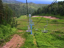 Alte zuverlässige Sesselbahn Sommer Die Berge Stockfotos