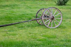 Alte zwei Räder karren Basis auf dem grünen Gebiet lizenzfreie stockfotografie