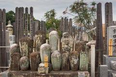 Alte zylinderförmige Finanzanzeigen stellten zusammen auf japanischen Kirchhof ein Lizenzfreies Stockfoto