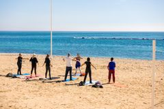 Altea, Espanha - 9 de março de 2018: Povos ativos que fazem exercícios na praia em Altea, Espanha imagens de stock