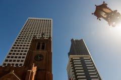 Alten St Mary Kathedrale nahe bei den modernen und hohen Gebäuden des Finanzbezirkes in San Francisco stockbilder