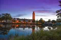 Altenburg Deutschland - Mai 2018: der wenig Teich und das arttower vor dem blauen Sommerhimmel Kunstturm Lizenzfreie Stockfotografie