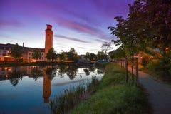 Altenburg Deutschland - Mai 2018: der wenig Teich und das arttower vor dem blauen Sommerhimmel Kunstturm Stockbild