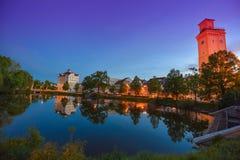 Altenburg Deutschland - Mai 2018: der wenig Teich und das arttower vor dem blauen Sommerhimmel Kunstturm Lizenzfreie Stockfotos
