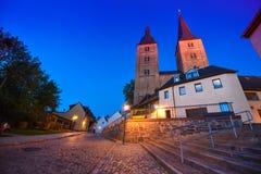 Altenburg Deutschland - Mai 2018: die zwei Türme riefen Rote Spitzen vor dem blauen Sommerhimmel an Lizenzfreies Stockfoto