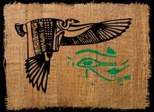 Alter ägyptischer Adler auf Papyrus mit Horus-Auge Stockfotografie