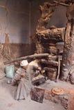 Alter ägyptischer Mann im traditionellen galabeya bei der Arbeit lizenzfreie stockfotografie