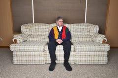 Alter älterer älterer Mann Potrait, der im Haus sitzt Lizenzfreie Stockfotografie