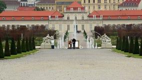 Alter älterer Paarumarmungs-Touristenattraktionsplatz königliches Wien stock footage