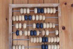 Alter Abakus hölzern für die Berechnung Stockbilder