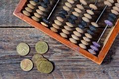 Alter Abakus und Münzen Lizenzfreie Stockbilder