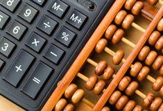 Alter Abakus und moderner Taschenrechner Lizenzfreies Stockbild
