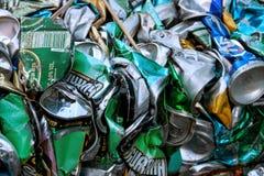 Alter Abfall vieler Mülleimer stockfotos