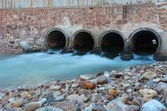 alter Abfluss in der Dämmerungszeit und im flüssigen Wasser Lizenzfreies Stockfoto
