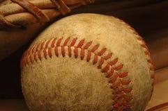 Alter abgetragener Baseball in einem Handschuh. Stockfotografie
