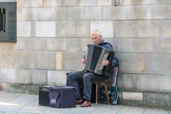 Alter Akkordeonspieler spielt Musik in Krak=au Lizenzfreie Stockfotografie
