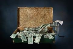 Alter alter Koffer voll Banknoten Stockfoto