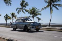 Alter amerikanischer Auto-Antrieb auf Malecon, Kuba Stockbild