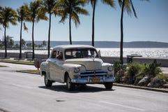Alter amerikanischer Auto-Antrieb auf Malecon, Kuba Lizenzfreie Stockfotografie