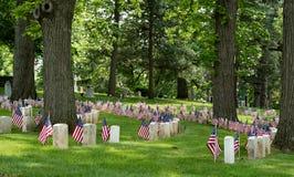 Alter amerikanischer Bürgerkrieg-Kirchhof-Bereich mit Flaggen Lizenzfreie Stockfotos