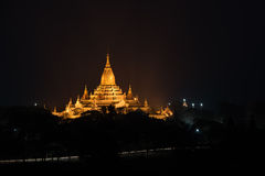 Alter Ananda Pagoda vor Sonnenaufgang mit lightup, Bagan Lizenzfreie Stockbilder