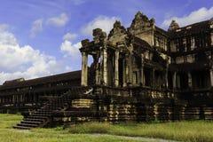 Alter Angkor Wat Tempel mit blauem Himmel lizenzfreie stockbilder