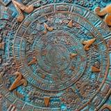 Alter antiker klassischer gewundener aztekischer Verzierungsmusterdekorations-Designbronzehintergrund Abstraktes Beschaffenheit F stockfotografie