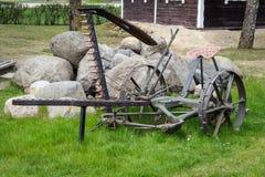 Alter antiker Pflug der Landwirtschaft auf Gras, Ausrüstung für die Landwirtschaft Stockfotografie