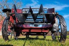 Alter antiker Traktor steht in der Rasenfläche Lizenzfreie Stockfotografie