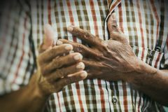 Alter asiatischer Mann, der zu Jesus Christ mit seiner Hand auf Herzen im Gebetstreffen betet lizenzfreie stockbilder
