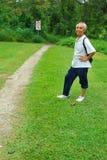 Alter asiatischer Wanderer beim Anfang der wandernden Spur Lizenzfreies Stockbild