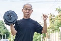 Alter Asien-Mann mit Dummköpfen Stockfoto