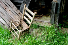 Alter aufgegliederter Stuhl Stockfotografie