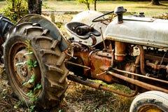 Alter aufgegliederter Traktor auf einem Bauernhof Stockbilder