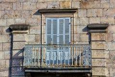 Alter aufwändiger Balkon in Ornans Lizenzfreie Stockfotos