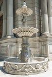 Alter aufwändiger Brunnen im Palastboden Stockfotos