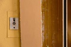 Alter Aufzugsanrufknopf mit grungy Muster in einem sowjetischen Gebäude auf Nachsowjet Riga, Lettland lizenzfreies stockfoto